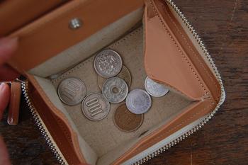 ファスナーを開けると、じゃばら式のカード入れがあるので、見やすいのも特徴。コイン入れも、大きく開くので見やすく、レジ前で小銭が見つからず困ってしまうこともありません。