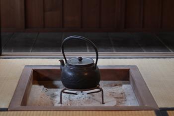 有名なのが岩手県の南部で生産された「南部鉄器」で知られる鉄瓶。昔話に出てくる鉄瓶のイメージは、こんなふうにふっくらとしたやさしい輪郭をした鉄瓶ではありませんか?