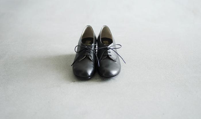 熟練の職人が手掛けるジャパンメイドのシューズブランド、ショセ。クラシカルかつフェミニンなデザインは日本人の足に綺麗に馴染みます。女性らしさの中にメンズエッセンスのさじ加減が絶妙。「30年経っても履ける靴」のコンセプト通り、堅牢なその作りはデイリーユースにも重宝します。
