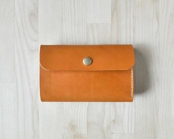 とってもコンパクト!三つ折りのお財布です。ポケットに入れた時に、引っかかりがないように考えられています。ステッチもなるべく外側に出ないように工夫され、シンプルなデザインに仕上がっています。
