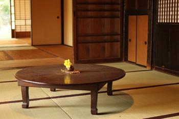 足を折り畳んで隅に移動すればスペースの確保もでき、食卓はもちろん、時には子どもの学習机にもなる。家族の側にはいつもちゃぶ台がありました。
