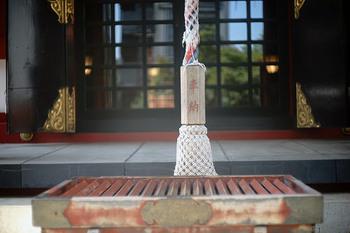 お賽銭箱にお金を入れ、鈴を鳴らし、二回お辞儀、二回拍手、一回お辞儀の順で拝礼しましょう。神社から出るときは、鳥居をくぐるときに再度会釈するのを忘れないように。また、帰りも道の端を歩くように気を付けてください。