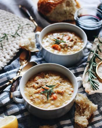 """1日の活力の源と言ってもいい""""朝食""""は大切な食事。時間がないからといって食べないのはもったいないですよ。  月曜の朝は少しスペシャルな朝食を準備して。寒いこの時期には、眠っていたカラダを目覚めさせるためにも、栄養たっぷりの具沢山スープやお味噌汁がおすすめ。また、スパイスの効いたカレーもいいですね。作るのがめんどう、という方はお気に入りのパンやフルーツなどを買っておいても。それが食べられると思うと、ウキウキしながら起きれそうですね。"""
