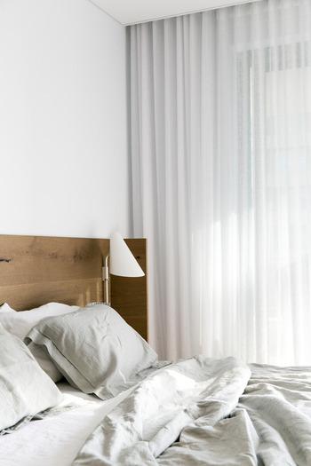 """ベッドが乱れていると、起きてもなんだかモヤモヤした感じが続くような気がしませんか?ベッドをキレイに整えるとなんだか心もシャキッとして、1日を気分良く始められそう。  ベストセラーの『習慣の力(The Power of Habit)』の著者、チャールズ・デュヒッグ氏によると、""""寝起きのベッドを整えることは、1日中良い習慣が続くかの スタートの習慣の要(かなめ)"""" として非常に大切な習慣なのだそう。  ただし、起きたばかりの布団には寝ている間の汗などで湿気がち。ちょっと時間をおいてから整えるか、少し掛け布団をまくっておきましょう。"""