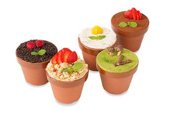お店のもう一つの名物が、キュートなケーキ。植木鉢をイメージしたスイーツは、見て可愛い、食べて美味しい・・・ハッピーな気持ちになれる一品です。
