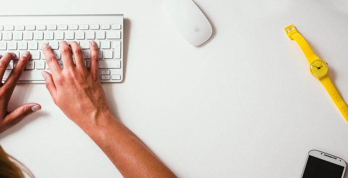 パソコンや電気機器などの精密機械は水分は厳禁!!そこで無水エタノールの出番です。 揮発性が高いので染み込まずすぐ乾きます。無水エタノールを含んだ布やペーパーでサッと拭くだけで汚れがサッと取れてしまいますよ!
