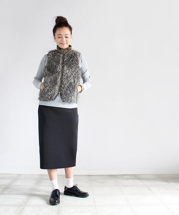 シンプルなタイトスカートもソックス+おじ靴で抜け感をプラス!さらに、トレンドのシャギーベストがアクセントになったあったかコーディネート。