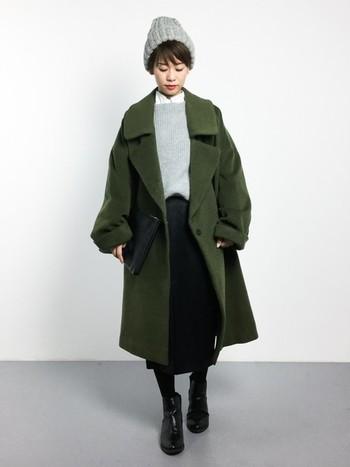 大きな襟がポイントのオーバーサイズコートは、タイトスカートと合わせることでスッキリと着こなすことができます。