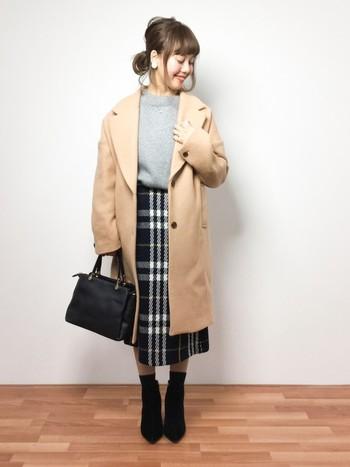 ウール混で表情のある大柄チェック柄のタイトスカート。ニットをINして、縦長効果ですっきりと見えます。