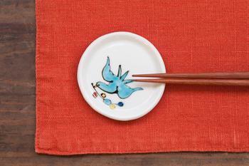 カラフルでありながら落ち着いた色合いで、思わず手の上でじっと眺めたくなる愛らしい豆皿。こちらは本当に小さめサイズなので、薬味や調味料を乗せたり、箸置きとして使うこともできるそうです。ほかにシリーズとして長角豆皿と四方深鉢があります。