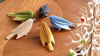 アドレスやコメントを書くスペースの付いた木製ポストカードなのですが、薄い板には切り込みが施されていて、もらった人がパーツを切り離して組み立てると簡単に可愛い鳥のオブジェができあがります。