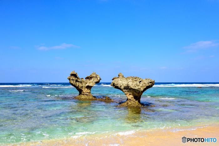 青い海に囲まれた円形の小島、古宇利島の周囲をぐるりと一周してみましょう。沖には、「ハートロック」と呼ばれる珊瑚礁が隆起したハートの形をした岩が2つ仲良く並んでいます。寄り添うように並ぶハートロックは、まるで海辺で仲良く寄り添う恋人たちのようです。