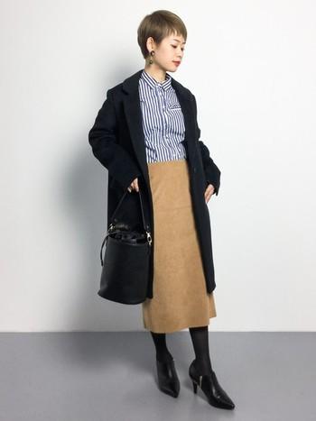 メンズライクなチェスターコートやストライプシャツも、タイトスカートを合わせると女らしさがアップ!インナーがタイトにまとまっていると、小柄な方でもすっきりと着こなせますね。