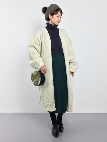 ビッグシルエットの白のガウンニットコートは、シックなカラーのタイトスカートとタートルネックですっきりと見せています。ファー付のベレー帽とショルダーバッグでほっこり感プラス!
