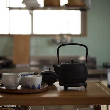 鉄瓶で沸かしたお湯は、とてもまろやかでおいしいと愛されてきました。鉄瓶は手入れが必要ですが、手をかけた分末永く使い続ける事ができます。