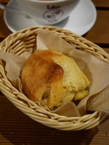 スープと一緒に食べたいのが、お店で丁寧に焼かれているパンたち。どれも小ぶりなので、具沢山のスープと一緒でも、たっぷりいただけます。素材にこだわった体に優しいパン。お土産に買って帰るのもおすすめですよ。