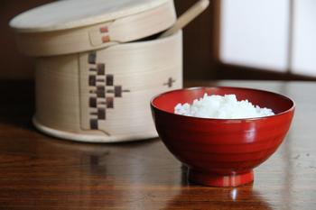 なんと江戸時代から続く輪島塗のブランド「輪島キリモト」。こちらはご飯茶碗としても汁碗としても使えます。使い込むほど色艶が増すと言われているので、普段の食卓にこそ取り入れたいですね。いつものお味噌汁も見違えそうです。
