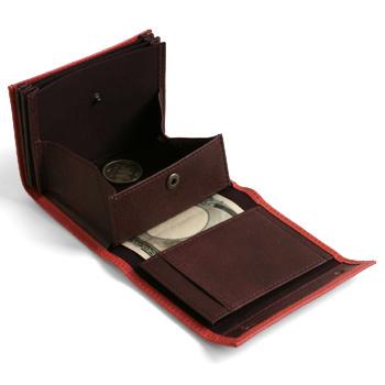 ホックを外せばこんなに機能的なつくりに。マチつきの小銭入れがポンと飛び出し、3つのカード入れポケットとお札も全部見渡せる構造。