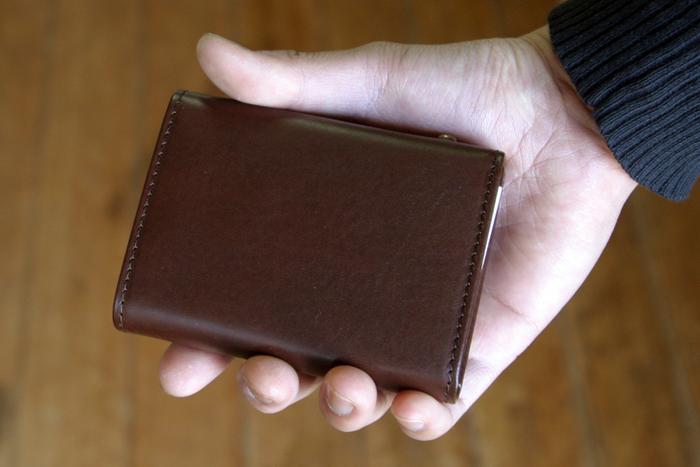 """""""millefoglie""""(ミッレフォッリエ)はとても質の良い一枚革から作られた財布。 色違いですが手に持ったときのサイズ感はこんなふう。とってもコンパクトで手にすっぽりはまるサイズです。"""