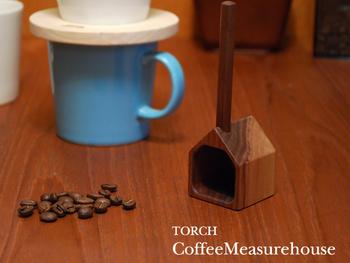 コーヒー好きの方でも、わりと付属のメジャーを使っている、という方も多いのではないでしょうか。そんな方に贈りたいのが、この計量スプーン。コーヒーハウスの形をした、手触りも優しい木製のメジャーです。