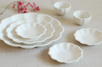 白い波佐見焼のお皿は、花がモチーフになっているので、華やかですね。白一色なのでどんなお料理にも合わせやすそうです。食卓がパッと明るくなりそうですね。