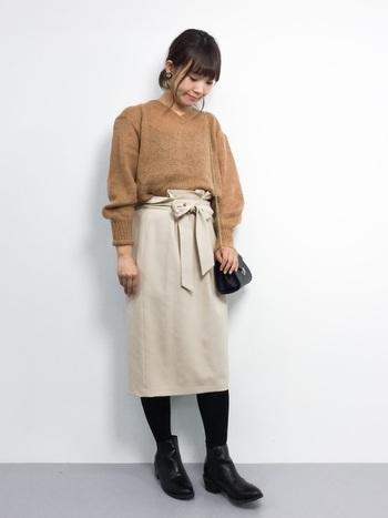 薄手のニットはウエストINしてスタイルアップ!ベルト付きのタイトスカートは女性らしい雰囲気で、脚長効果も期待できます。