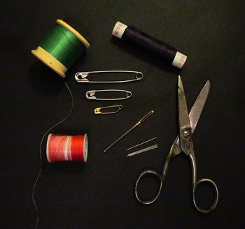 まずははさみ、針と糸など最低限揃えておきたい裁縫道具をご紹介します。