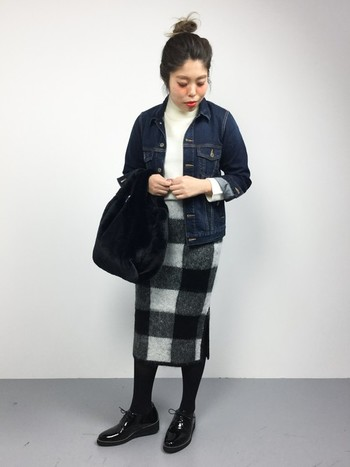 ウォーミーな起毛素材を使用したブロックチェックのタイトスカートにエナメル風の艶のあるおじ靴をあわせて。シックなブラックアイテムも表情豊かな印象に。