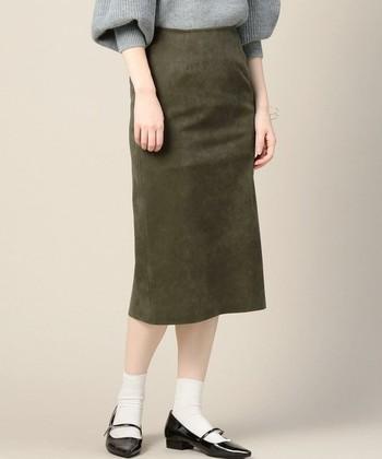 スカートの中でも大人っぽい印象の『タイトスカート』は、カジュアルコーデにも女性らしさをプラスしてくれるアイテムです。