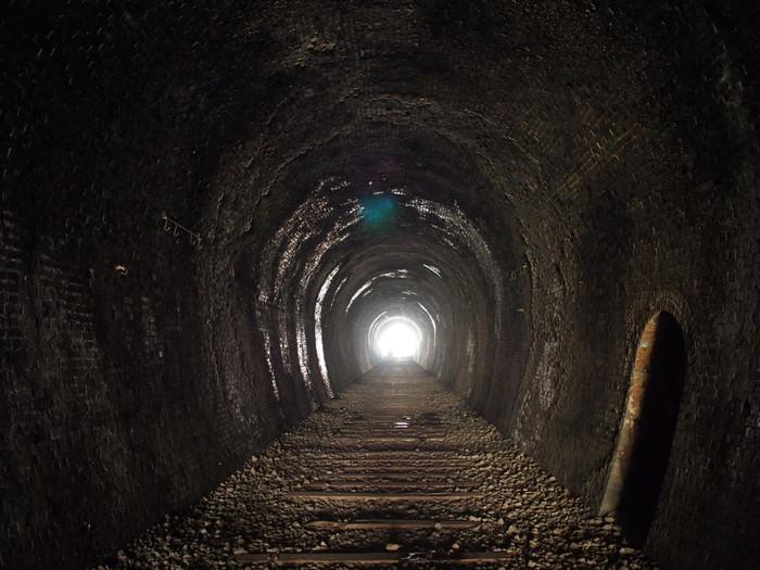 トンネルの中は、電車1台が通り抜けることができるだけの幅と高さしかありません。狭いトンネルの中は、ここが廃線となった1986年から時間が止まってしまっているかのようです。