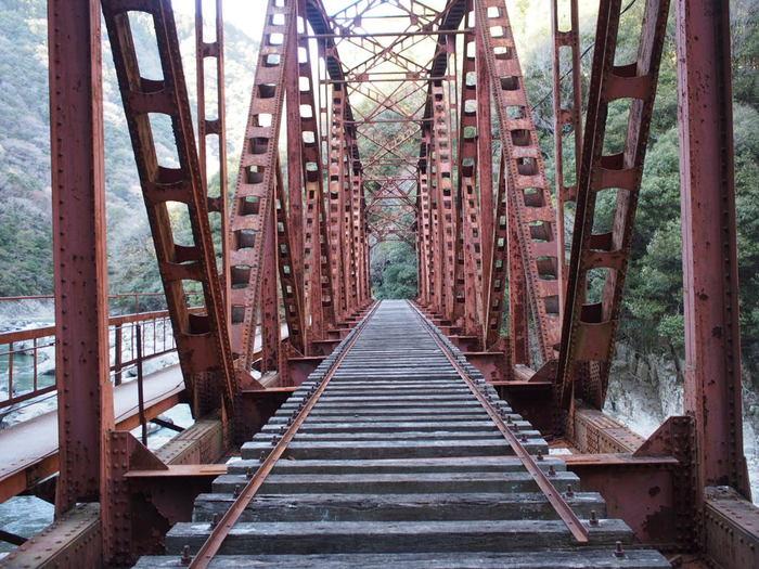 武田尾廃線跡には、随所に鉄橋跡が残されています。赤茶けた鉄橋と古い枕木を眺めていると、鉄橋のむこうから30年前にこの地を走っていたディーゼル列車が走ってくるような錯覚を感じます。