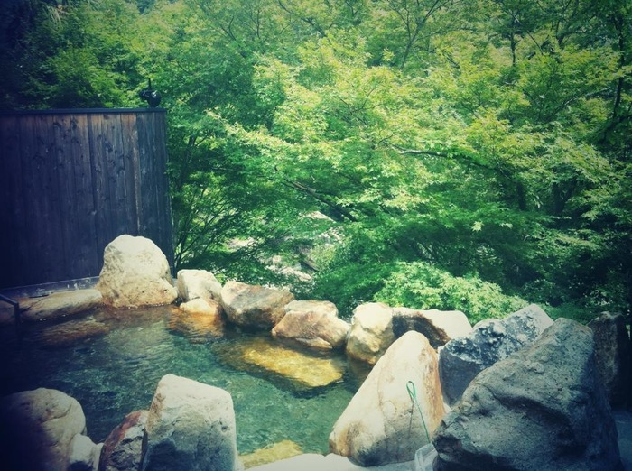 武田尾温泉には、日帰り入浴ができる施設もあります。緑に囲まれた温泉露天風呂で歩き疲れた足をじっくり休めてみてはいかがでしょうか。