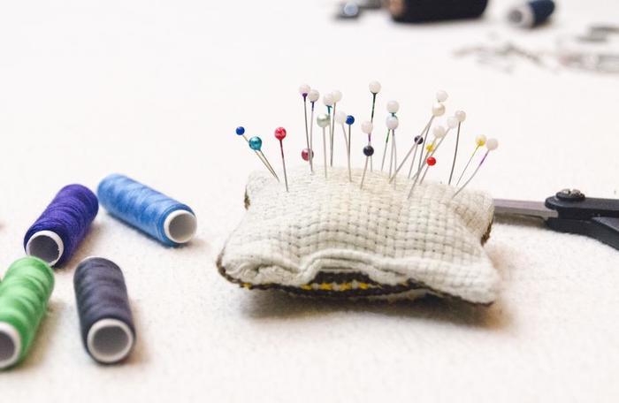 縫い物の必需品である「縫い針」。基本の道具の1つですが、針穴に糸を通すのが苦手…という方のための穴が大きい針も販売されていたりします。縫い針だけでなく、布の仮どめに使う「まち針」や針を刺しておく「ピンクッション」もあると便利です。