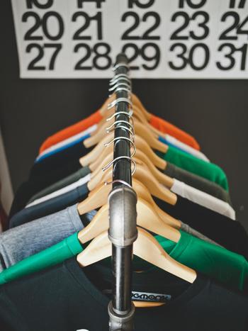 虫食い穴や引っ掛け穴。Tシャツを取り出してみたら小さな穴が開いていた…なんてことありますよね。そんな時は手縫いで穴を糸で塞ぐ「穴かがり」で補修できますよ♪