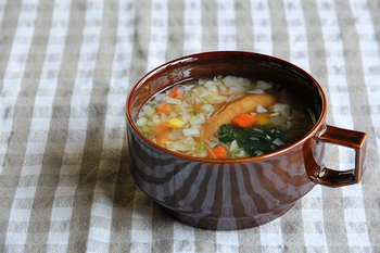 マグより少し大きめのスープマグは、たっぷりホットドリンクを飲みたい時にもおかずを盛り付ける時にも大活躍。こちらは艶やかな深い茶色が素敵ですね。単品で使うほか、大きめのお皿やトレイに乗せればカフェ風ワンプレートになります。