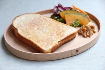 「柴田慶信商店」では、樹齢200年以上の秋田杉が用いられています。こちらはお弁当箱だけでなく自宅でも曲げわっぱを楽しみたい人にぴったりの、曲げわっぱのパン皿。トレイやワンプレートランチのプレートとして使うこともできますよ。