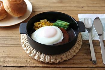 100年以上の歴史がある「釜定」の南部鉄器の鍋。深さがあまり無いのでスキレットのように使えます。料理をあつあつのまま楽しめるのは嬉しいですね。