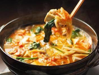 定番のキムチ鍋ですがこのレシピでは、豚肉でなく鶏むね肉で作ります♪あっさりして噛みごたえのある鶏むね肉ですが、煮込みすぎるとパサパサになってしまうので、切ったあとに叩いて、日本酒、片栗粉、薄口醤油、生姜を揉み込むことでふっくらジューシーに仕上がります。