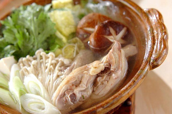 定番の水炊きも、骨付き肉でスープから仕込むこだわりっぷりでさらに美味しさアップ♡スープを作る際に鶏肉をお水で一度洗い、お湯をかけて臭みを取り除くのが美味しさアップのポイントです。