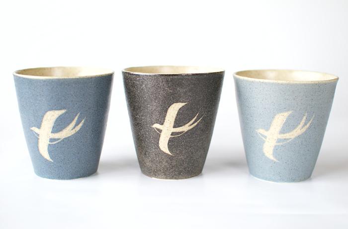 落ち着いた色合いがとっても素敵なカップです。こちらの三色のカラーバリエーションがあるので、夫婦や家族で使ってもいいですね。シンプルなのに優雅なツバメの姿がとても印象的。