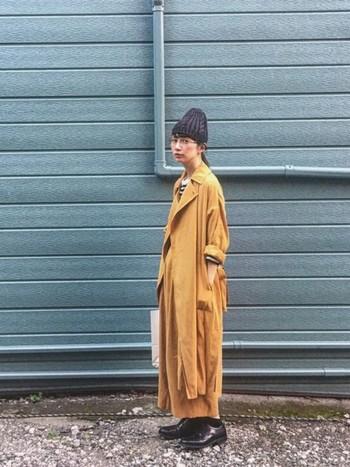 コートとパンツをセットアップのように着こなしたオールキャメルコーディネート。小物使いでオシャレ度がさらにアップしています。こんな風にかっこよくキャメルを着こなしてみたいですね☆
