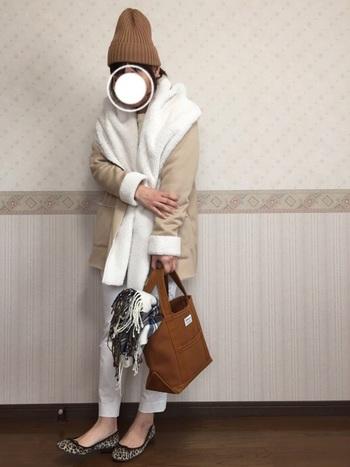 トレンドカラーのキャメルをバッグで取り入れたシンプルなコーデ。ニット帽やモコモコのボンディングジャケットを合わせて暖かくお出かけしたいですね。