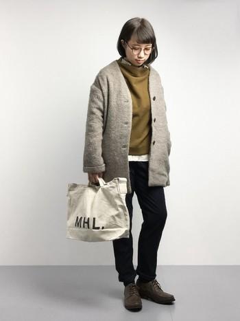 ロゴバッグをアクセントにした、ちょっぴりジェンダーレスな装いにもキャメルは一役買ってくれます。かっこよく大人っぽく着こなしてみたいですね。