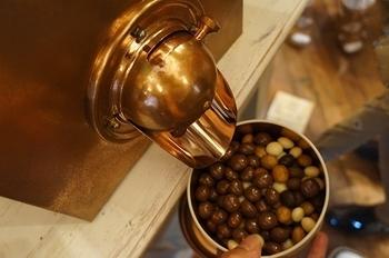 みんな大好きチョコレート。特に、冬の寒い日にアツアツのホットチョコレートやコーヒーと頂くチョコレートは、身も心も溶かしてくれる美味しさ。 そして、ラッピングやデザインが美しいチョコレートは、幅広い年齢層の方に贈り物としても喜ばれる、マルチに重宝するお菓子でもあります。 今回は、京都にある個性的なチョコレートのお店をご紹介。皆さんのお気に入りが見つかりますように!