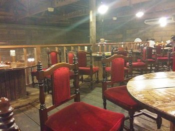 1階と2階に席があり木のぬくもりに満ちた空間。時間が止まったような不思議で心休まる場所です。