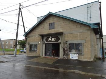 札幌東区で、倉庫をリノベーションし作られた「プー横丁」。外観のみならず店内も昭和の雰囲気を残したレトロな作りになっています。