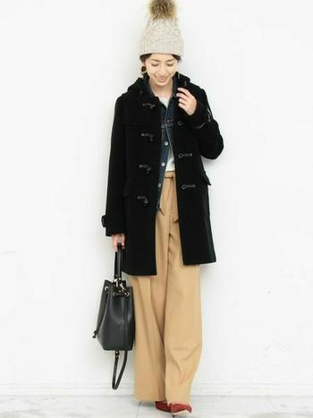 デニムジャケットはカジュアルなダッフルコートとも好相性。落ち着いた色合い同士の組み合わせなら、大人っぽい雰囲気のきれいめコーデにぴったりです。冬のデニムジャケットはシャツやカーディガン感覚で、どんどん活用しちゃいましょう!