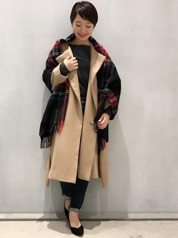 羽織りものとしても使えるストールは、お洒落さんの冬コーデに欠かせない定番アイテム。可愛いチェック柄のストールは、冬のシンプル服のアクセントにぴったりです。コートの上にさらりと羽織るだけで、一気に華やかさと洗練度がUP!