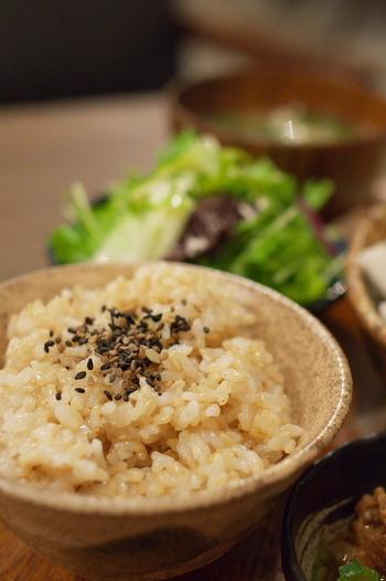 ランチは白米より健康的で食べごたえのある玄米を使った定食が人気で、行列が出来るほどなのでお早目の到着がおすすめ。おかずの種類も多く、色々なオーガニック食材をまんべんなくいただけます。