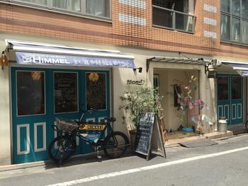 ドイツのパンが都内でいただける、「HIMMEL」。白い壁にブルーの窓がとってもおしゃれです。お店の前にとまっている自転車も、お店の雰囲気にぴったり。